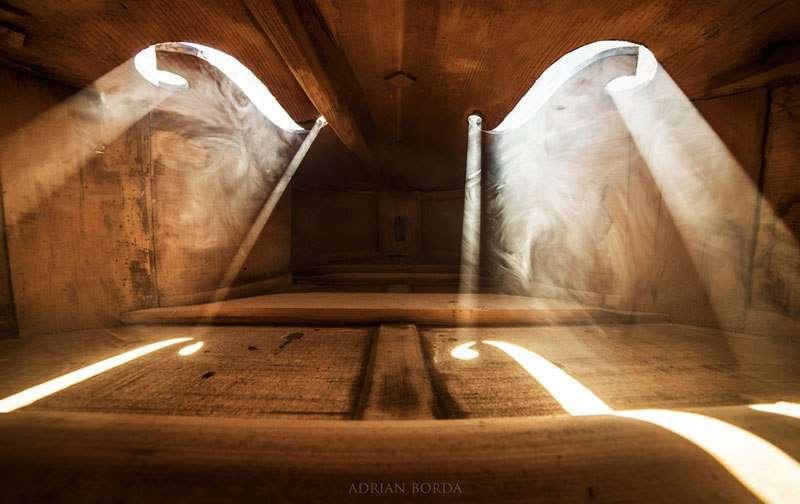 Adrian Borda e le magiche foto dall'interno di un violoncello