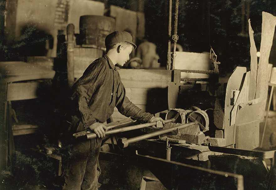 Foto di bambini lavoratori nel 1900 sfruttati senza pietà dai loro padroni