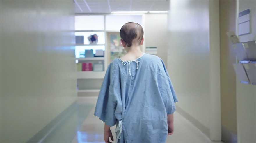 camici ospedalieri disegnati da stilisti per i ragazzi in ospedale