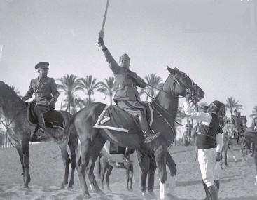 """Quando Benito Mussolini si proclamò """"Protettore dell'Islam"""" con una spada Made in Italy"""