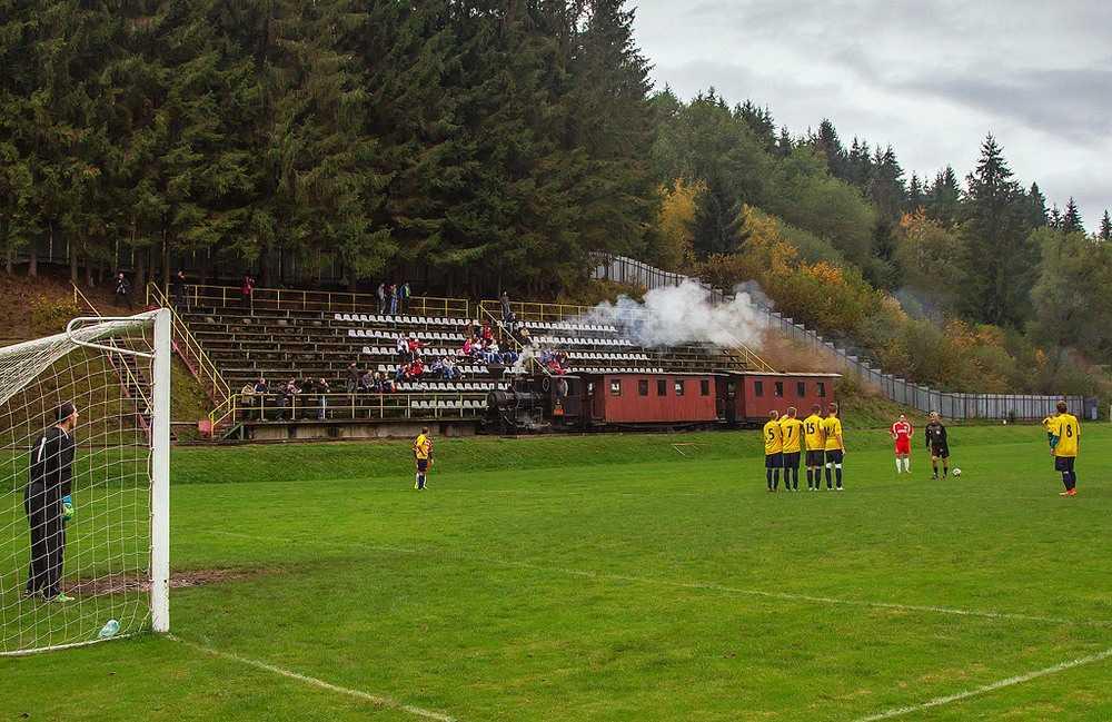 Ecco l'unico campo da calcio al mondo ad esser attraversato da un treno