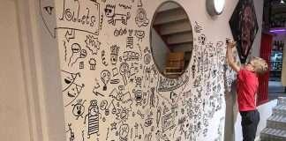 bambino disegna parete ristorante
