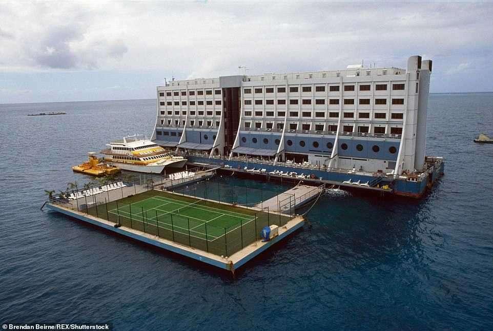 La storia dell'Hotel galleggiante che ha percorso 18.000 km per poi essere abbandonato