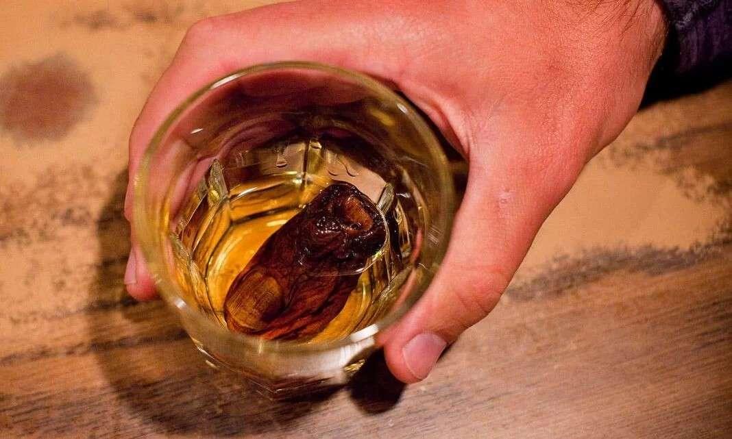 cpcktail whiskey e dito mummificato