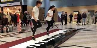 Pianoforte gigante da suonare con i piedi